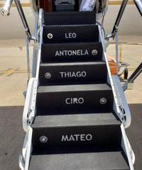 Yang khas dari pesawat jet pribadi Messi adalah di bagian anak tangga pesawatnya, terukir nama Lionel Messi sekeluarga. Di anak tangga teratas ada nama Leo (Messi), kemudian disusul nama sang istri Antonela, lalu berturut-turut nama anak-anak Messi yaitu Thiago, Ciro dan juga Mateo. (dok. Istimewa)