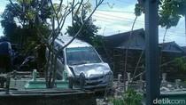 MPV Tabrak Tembok Makam di Tulungagung, Sopir Tewas
