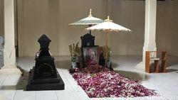 Kunjungi Jateng, Jokowi Sempatkan Ziarah Makam Orang Tua di Karanganyar