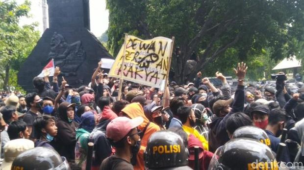 Massa demo tolak Omnibus Law di DPRD Jateng, Semarang (Foto: Angling/detikcom)