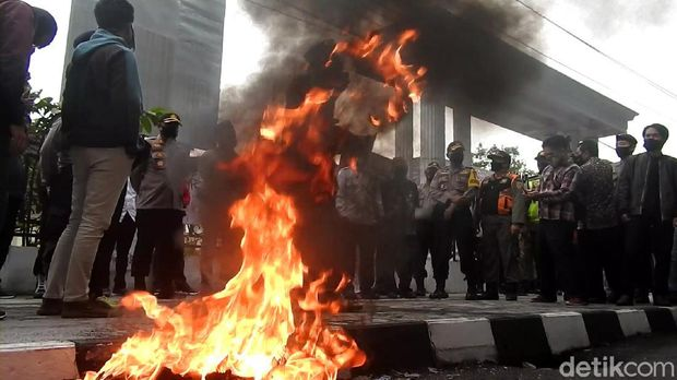Massa demo tolak Omnibus Law di Wonosobo membakar ban dan tabur bunga di depan DPRD Wonosobo, Rabu (7/10/2020)