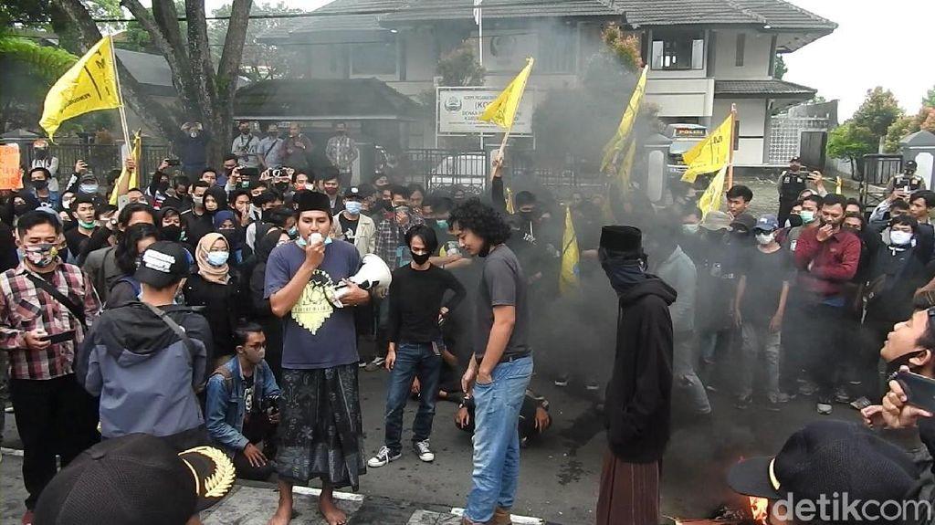Massa Demo Omnibus Law Bakar Ban-Tabur Bunga di DPRD Wonosobo