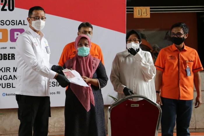 Menteri Sosial Juliari P Batubara menyaksikan secara langsung pencairan Bantuan Sosial Tunai (BST) Tahap VII dan distribusi Bantuan Sosial Beras (BSB) di Surabaya.