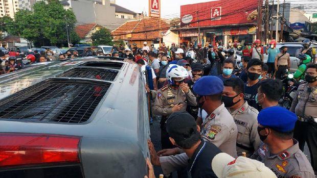 Mobil tahanan polisi dihadang dan dirusak massa di Pejompongan.