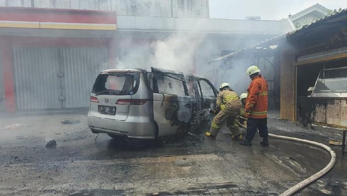 Mobil terbakar di Cipayung, Jaktim akibat korsleting listrik