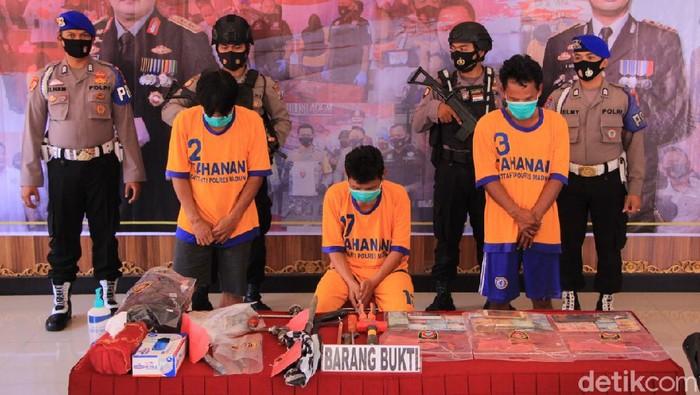 Tiga pembobol brankas milik CV Champions Jaya Sejahtera, Kabupaten Madiun ditangkap. Polisi menembak kaki mereka karena sempat melawan saat ditangkap.