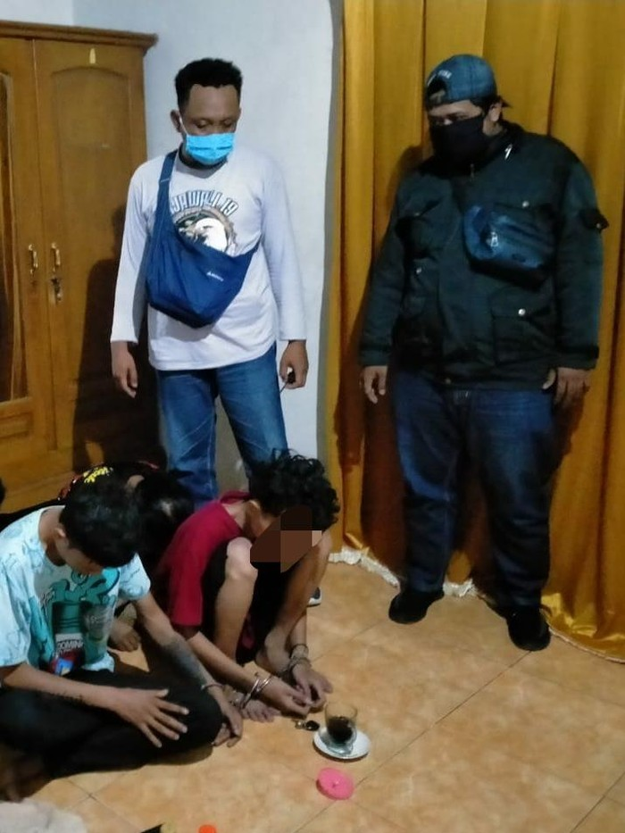Empat pengedar pil koplo di Nganjuk dibekuk polisi. Satu di antaranya merupakan seorang pelajar.