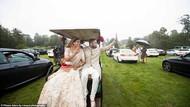 Serunya Pasangan Menikah dengan Tema Drive-in, Tamu Melihat Acara dari Mobil