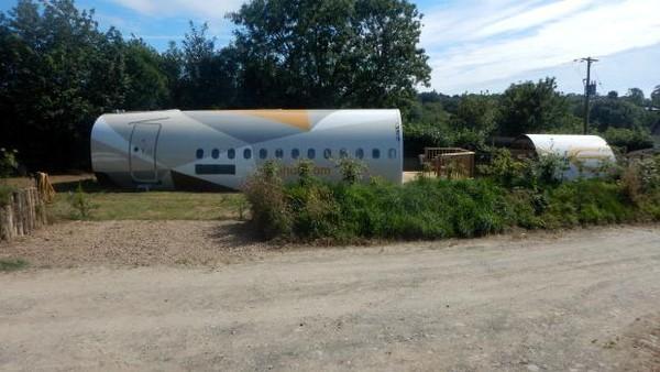 Apple Camping, sebuah perusahaan yang menyewakan tempat kemping lah, yang mengubah pesawat Airbus bekas milik Etihad itu jadi sebuah penginapan. Penginapan ini diluncurkan sesuai dengan kampanye Arabian Nights Airbus mereka. (dok. Apple Camping)