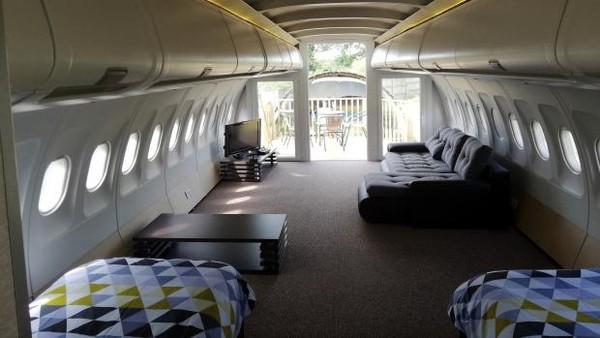 Pesawat Airbus itu dalamnya sudah disulap jadi 2 tempat tidur, sofa dan juga dapur mini. Dapur itu dibangun tepat di area dimana pramugari biasa menyiapkan makan untuk penumpang. Jadi traveler bisa berpura-pura jadi pramugari kalau masak-masak di sini. (dok. Apple Camping)