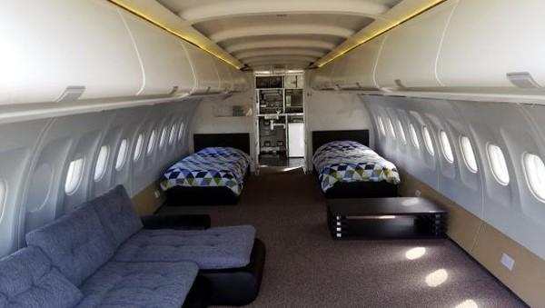 Pesawat Airbus bekas milik maskapai Etihad rupanya bisa diubah menjadi sebuah penginapan. Di Wales, tepatnya di sekitar Pembrokshire, ada penginapan yang terbuat dari pesawat bekas itu. (dok. Apple Camping)