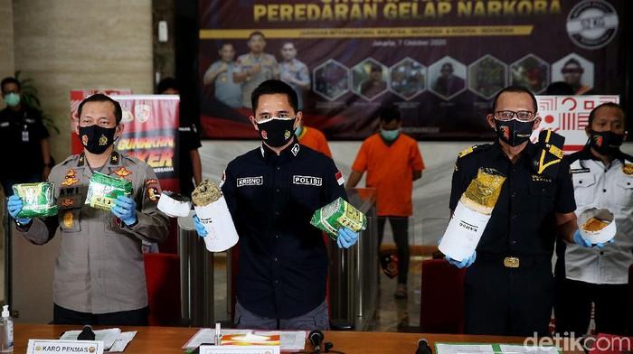 Bareskrim Polri ungkap kasus peredaran gelap sabu yang dilakukan dua sindikat narkoba internasional. Sebanyak 40 kg sabu pun turut diamankan polisi.
