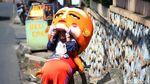 Potret Nenek Astari Jadi Badut Jalanan di Usia Senja