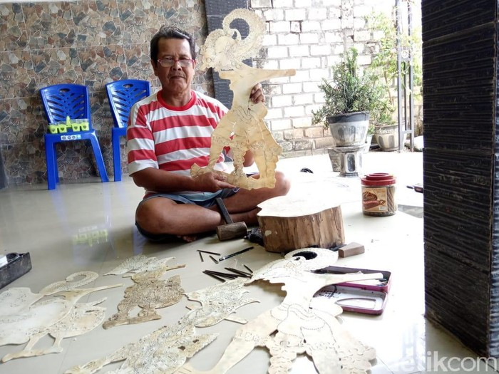 Rais Saputro (59) pembuat wayang kulit