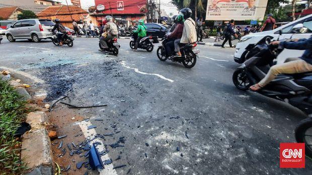 Sejumlah orang ditangkap saat akan mengikuti demo di Gedung DPR, Rabu (7/10). CNN Indonesia/tohirin