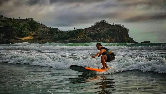 Surfing di Pantai Seran Blitar
