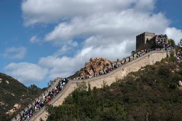 Badaling juga terdapat fasilitas pendukung, seperti kereta gantung dan wahana permainan lainnya yang mengitari area Tembok Besar China. Kevin Frayer/Getty Images