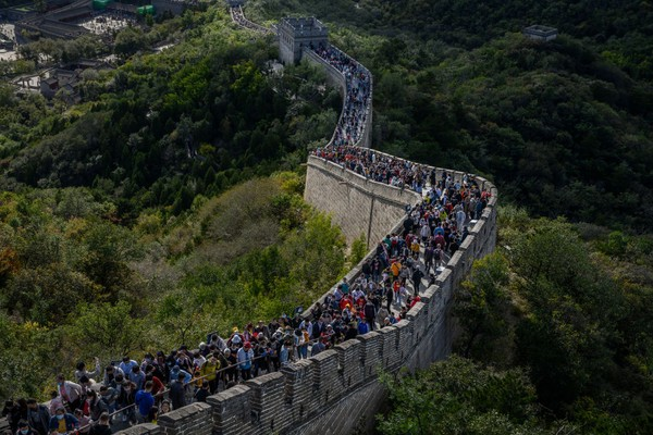 Tembok Besar China merupakan salah satu objek wisata andalan di Negeri Tirai Bambu. Kawasan yang disebut sebagai salah satu keajaiban dunia ini memiliki panjang mencapai 8.851 kilometer. Kevin Frayer/Getty Images