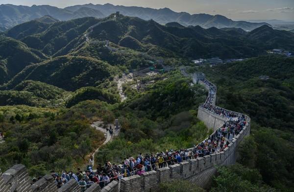 Pintu masuk Great Wall dari Badaling merupakan sektor yang paling ramai di antara sektor-sektor lainnya. Selain pemandangannya bagus, pintu masuk ini mudah dijangkau dengan berbagai moda transportasi publik, termasuk kereta api, dari pusat Kota Beijing. Kevin Frayer/Getty Images