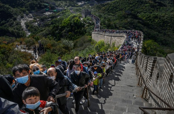 Wisatawan memenuhi bagian Tembok Besar Badaling di Beijing, China. Kevin Frayer/Getty Images