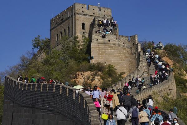 Menurut Kementerian Budaya dan Pariwisata China, libur nasional tahun ini menghasilkan sekitar $ 45,9 miliar pendapatan pariwisata. AP Photo/Ng Han Guan