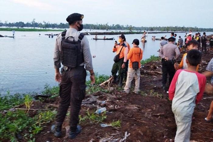 Tim gabungan bersama warga melakukan pencarian seorang bocah yang diduga tengelam di Kanal Sungai Kahayan yang berada di Jalan Mendawai Ujung Palangka Raya, Selasa (6/10) (ANTARA/HO)