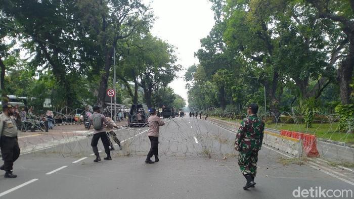 Akses menuju Istana mulai ditutup.