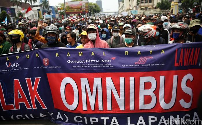 Ratusan warga dari berbagai elemen melakukan aksi unjuk rasa di perempatan Harmoni, Jakarta, Kamis (8/10/2020). Mereka melakukan aksi menolak UU Omnibus Law.