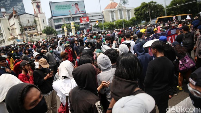 Ratusan warga dari berbagai elemen melakukan aksi unjuk rasa di perempatan Harmoni, Jakarta, Kamis (8/10/2020). Mereka melakukan aksi menolak UU Omnibus Law. Pihak keamanan menghalau mereka agar tidak demo di depan Istana Negara.