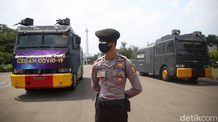 Polisi berjaga dikawasan Taman Pandang Istana Negara, Jakarta, Kamis (8/10/2020). Hari ini mahasiswa dan buruh berencana melakukan aksi tolak omnibus law di depan istana negara.