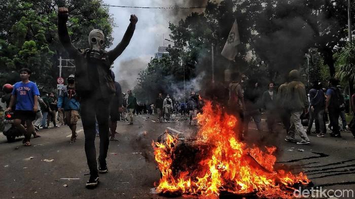 Saat ini suasana jalan di Balai Kota masih di penuhi massa dan mulai merusak dengan membakar fasilitas umum di kawasan itu.