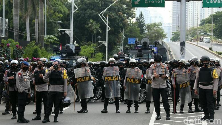 Kendaraan taktis seperti barracuda dan water cannon disiagakan di kawasan Taman Ria Senayan. Kendaraan itu untuk mengantisipasi demo menolak omnibus law di DPR.