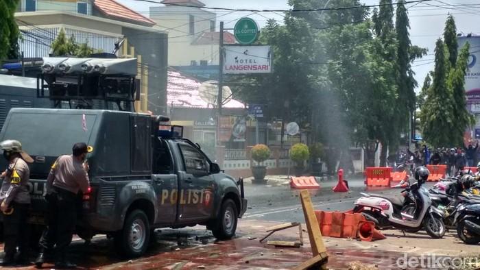 Bentrok Polisi-Demonstran di Cirebon