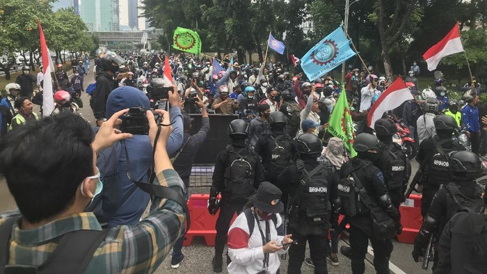 Brimob hadang massa buruh di depan JCC yang hendak menuju Gedung DPR RI