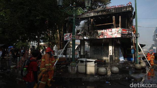 Cafe Legian Garden yang berada di dekat gedung DPRD DIY terbakar.
