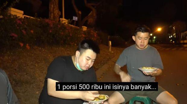 Crazy Rich Surabaya Jajan Nasgor Kaki Lima, Dua Piring Rp 1 Juta