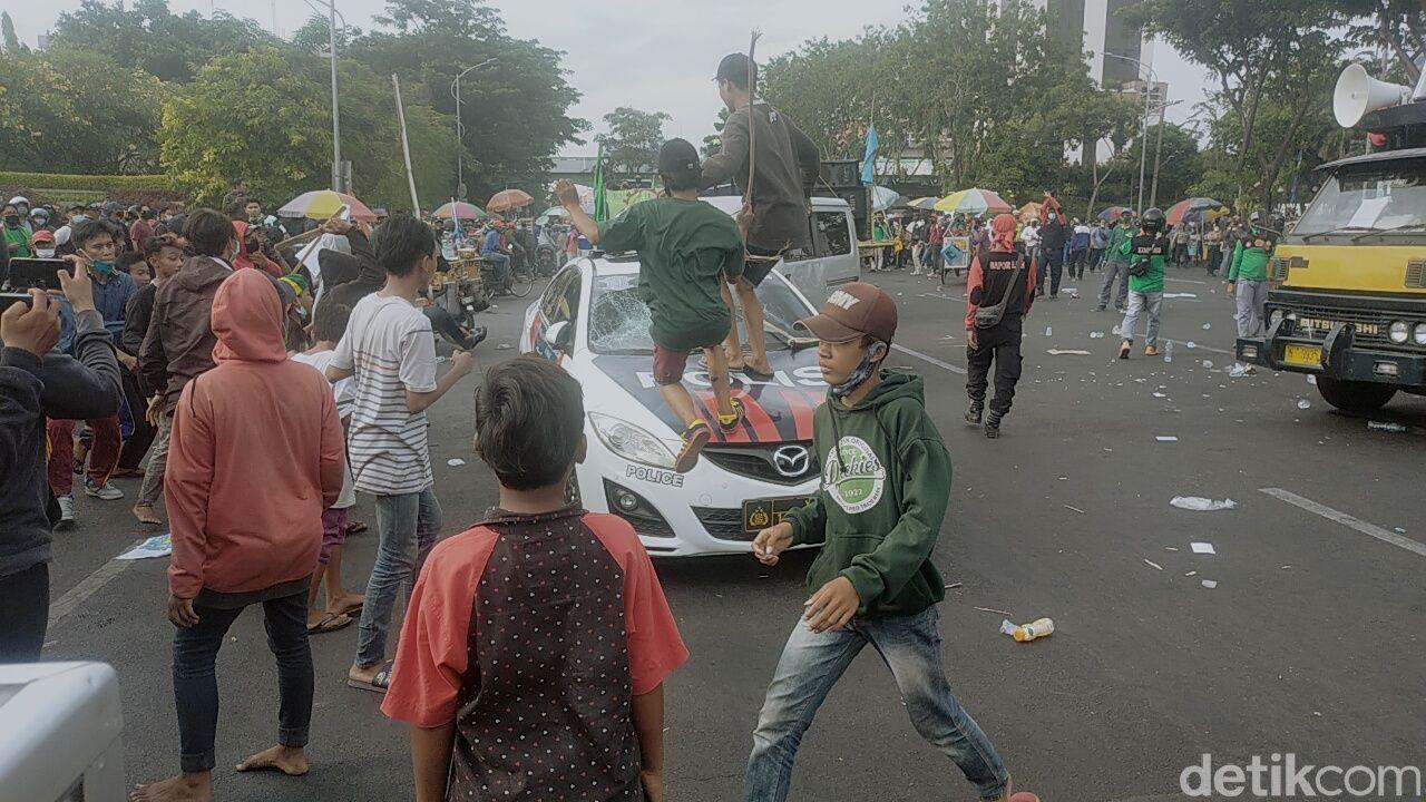 Aksi demo menolak UU Omnibus Law di Surabaya berlangsung anarkis. Berikut rangkuman peristiwa yang dirangkum dalam bingkai foto.