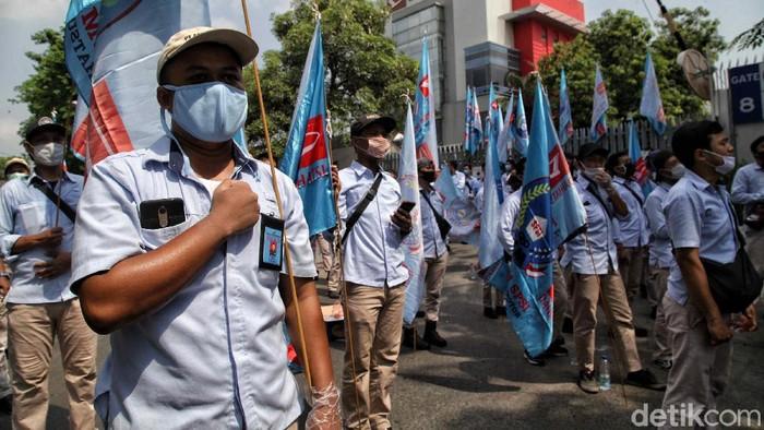 Ribuan buruh Astra Daihatsu melakukan aksi unjuk rasa di kawasan Pabrik Astra, Sunter Jakarta Utara, Kamis (8/10). Dalam aksi itu mereka menolak UU Cipta Kerja atau Omnibus Law