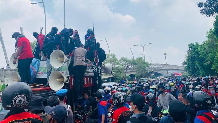 Demo massa buruh di depan Pemkot Bekasi tutup Jalan Ahmad Yani