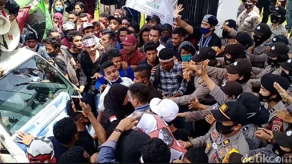 Demo Omnibus Law, Mahasiswa Jebol Pagar DPRD Maluku