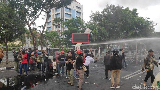 Demo ricuh dekat DPRD Sulsel di Makassar. Massa lempar batu hingga lepaskan busur panah ke arah polisi (M Taufiqqurrahman/detikcom)