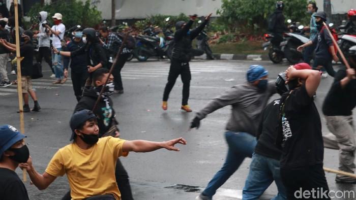 Demo tolak Omnibus Law di Bandung ricuh.