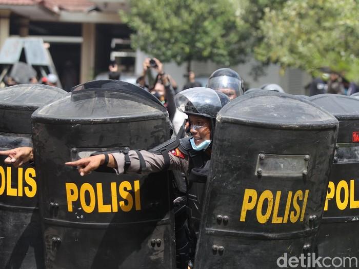 Massa melempari botol air mineral ke arah petugas Kepolisian yang berjaga di pintu masuk Gedung DPRD Provinsi Yogyakarta, Kamis (8/10/2020).