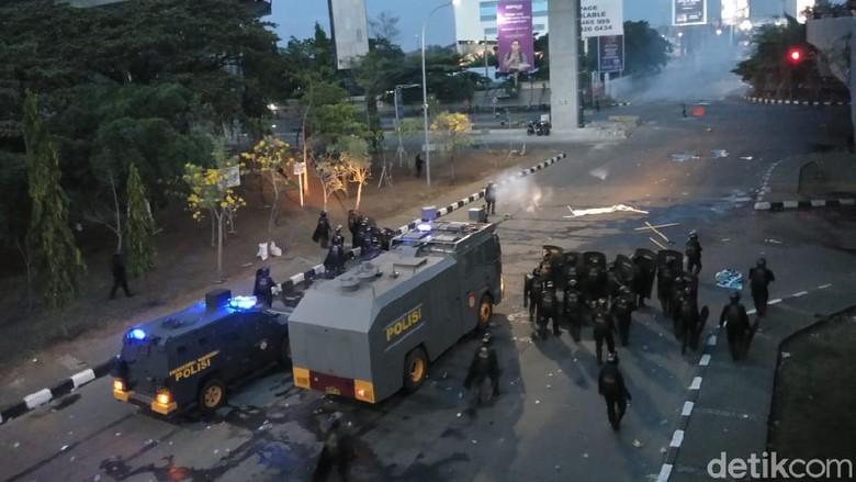 Demo tolak Omnibus Law di Makassar ricuh