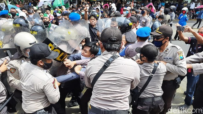 Demo menolak Omnibus Law di Situbondo diwarnai kericuhan. Massa mahasiswa dan buruh terlibat kontak fisik dengan aparat di depan pintu gerbang DPRD.