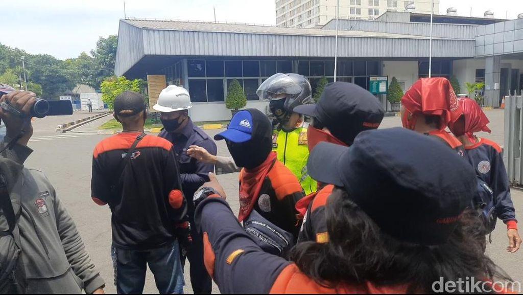 Aksi Massa Sweeping Buruh Pabrik di Surabaya
