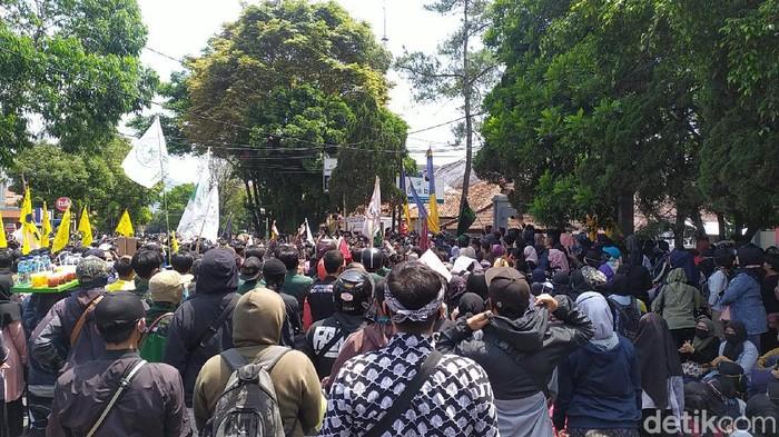Ribuan massa di Kabupaten Garut hari ini demo menolak Omnibus Law. Mereka menuntut wakil rakyatnya untuk ikut menolak pengesahan UU Cipta Kerja.