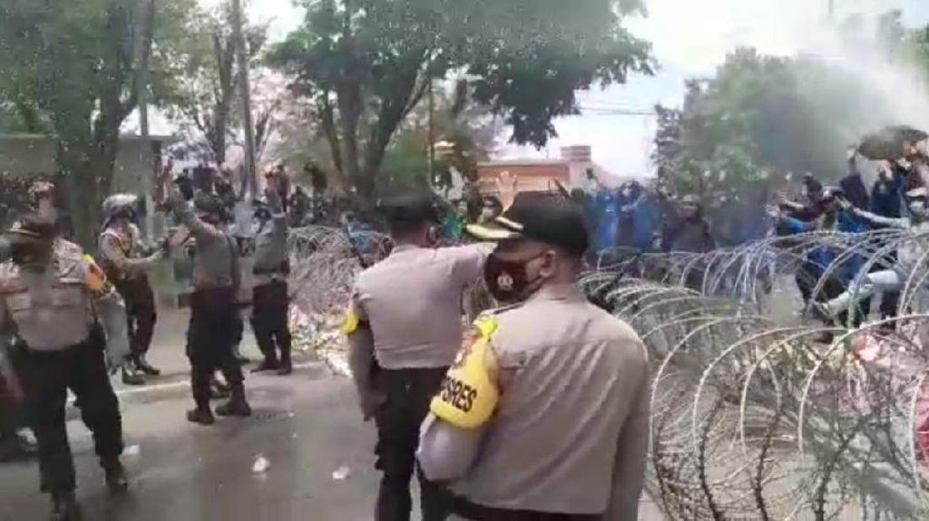 Detik-detik Demo Tolak Omnibus Law di Palu Ricuh