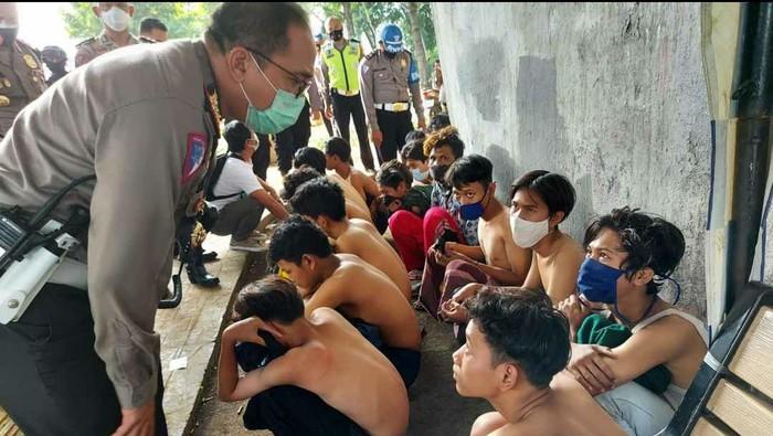 Dirlantas Polda Metro Jaya Kombes Sambodo menginterogasi anak-anak berpakaian serbahitam.