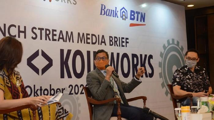 Direktur Utama PT Bank Tabungan Negara (Persero) Tbk. Pahala Nugraha Mansury (kiri) bersama CFO KoinWorks Mark Brunny (kanan) menyaksikan Direktur Consumer and Commercial Lending Bank BTN Hirwandi Gafar (kedua kiri) dan CEO & Co-Founder KoinWorks Benedicto Haryono menandatangani Perjanjian Kerja Sama antara Bank BTN dengan KoinWorks tentang Pemberian Pinjaman dengan Skema Supply Chain Financing melalui platform KoinWorks di Menara BTN, Jakarta, Kamis (8/10). Kerja sama strategis tersebut merupakan upaya Bank BTN untuk mendukung pembangunan pondasi perekonomian yang kuat dalam rangka Pemulihan Ekonomi Nasional (PEN) melalui sektor UMKM. Lewat kerja sama ini, calon debitur UMKM di sektor properti dapat mengakses kredit dari BTN melalui KoinWorks hingga Rp1 miliar. Kredit dapat langsung diterima calon debitur berdokumen lengkap dalam 5 hari.